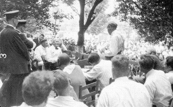 A la derecha, de pie, el defensor Darrow interroga a Bryan, sentado a la izquierda. Por el intenso calor el juez autorizó a los funcionarios a quitarse el saco.