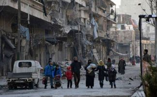 Miles de habitantes de Alepo rebelde se desplazan ante la llegada de las tropas de Al Assad