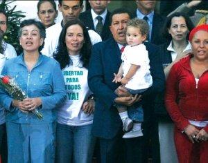 Hugo Chavez junto a Clara Rojas y Consuelo Gonzalez