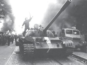Los tanques rusos entran en Praga. La juventud checa discute con los tanquistas