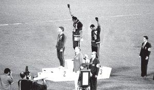 En las Olimpíadas de Mexico 1968, los atletas estadounidenses negros Tommie Smith y John Carlos ganaron los 200 metros. Subieron al podio descalzos y saludaron con el puño cerrado y cubierto con un guante negro. El Comité Olímpico Internacional los expulsó